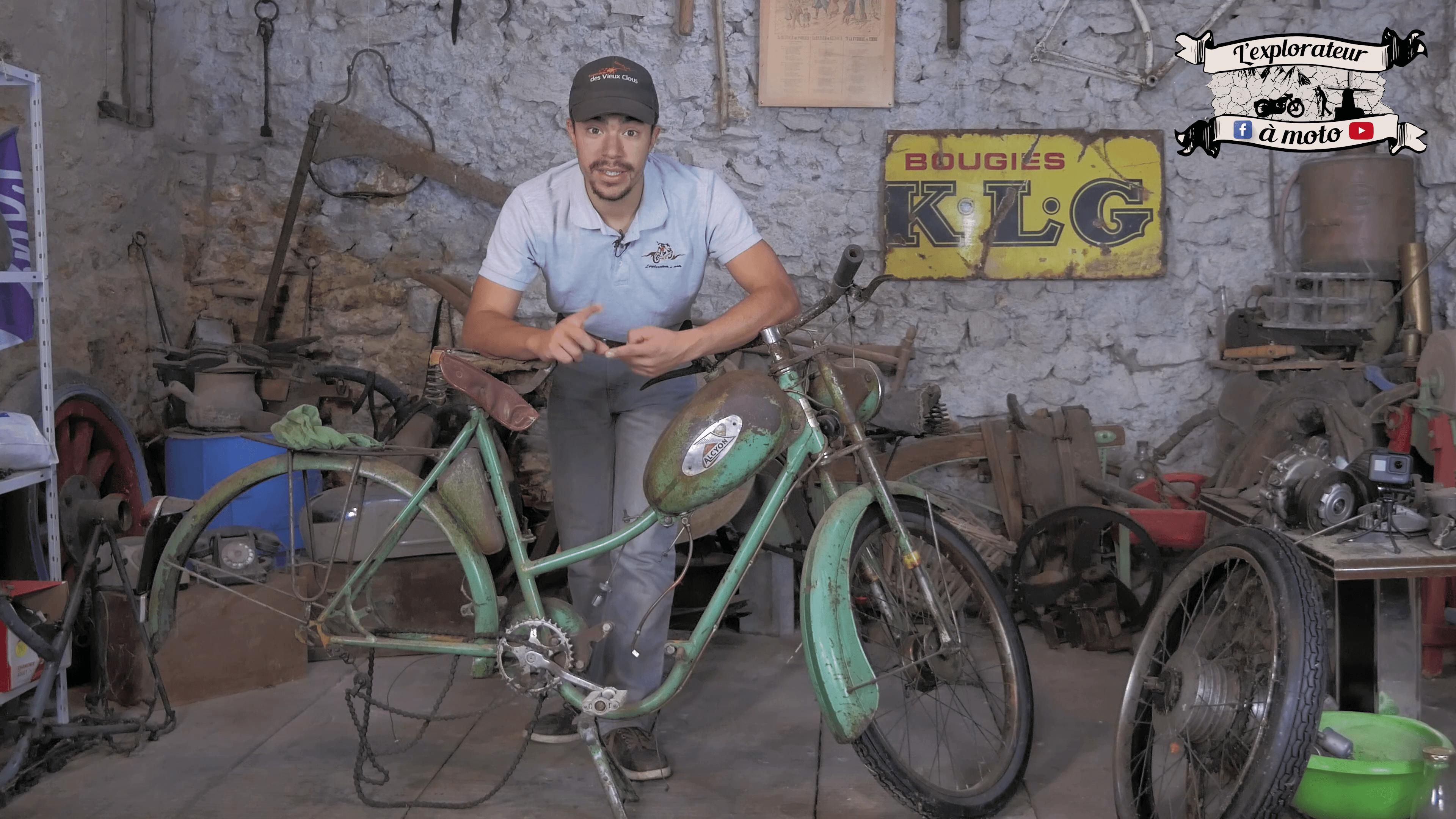Jeune homme derrière un cadre de vélomoteur