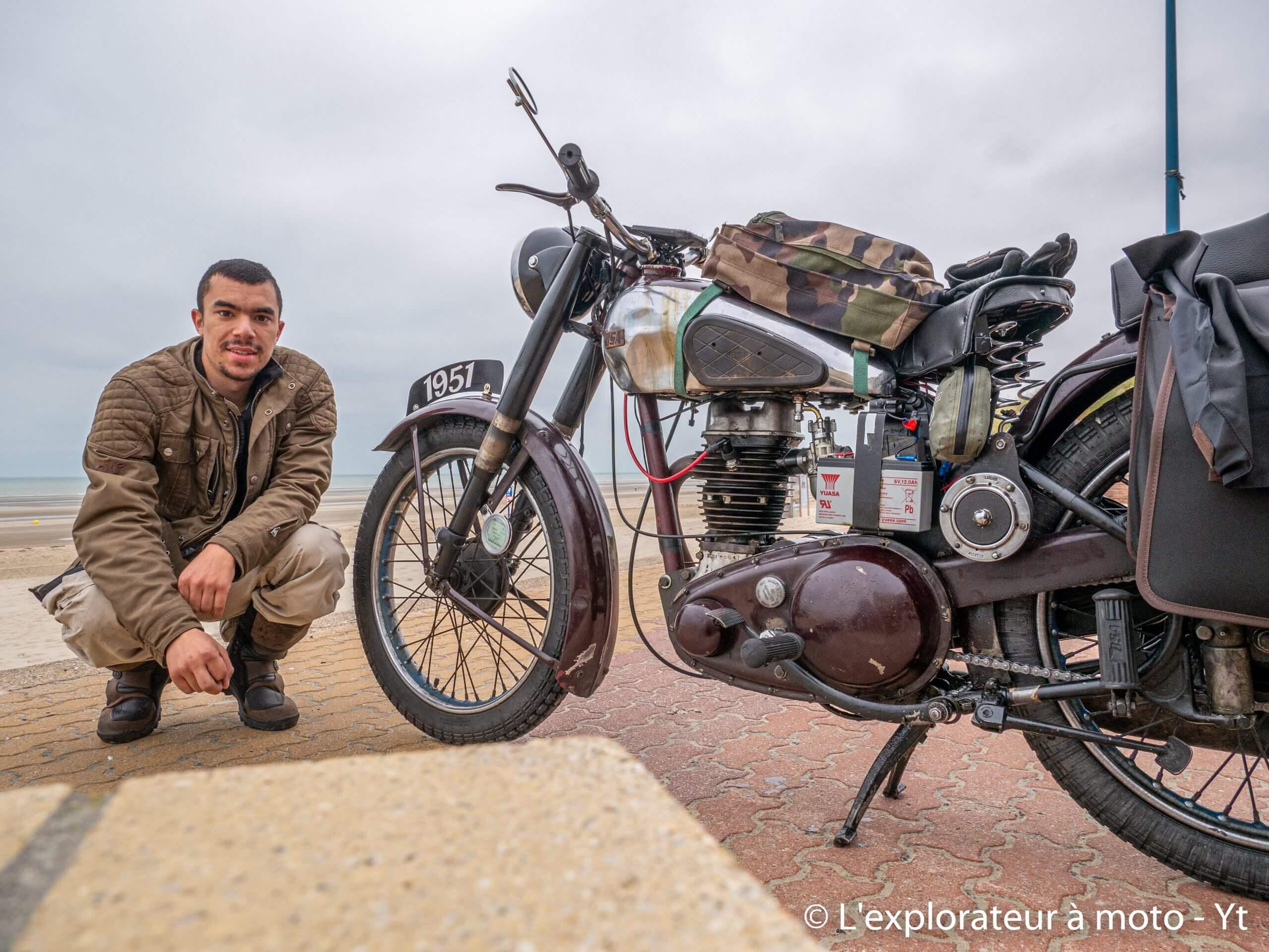 Motocycliste à côté de sa BSA C11 SL