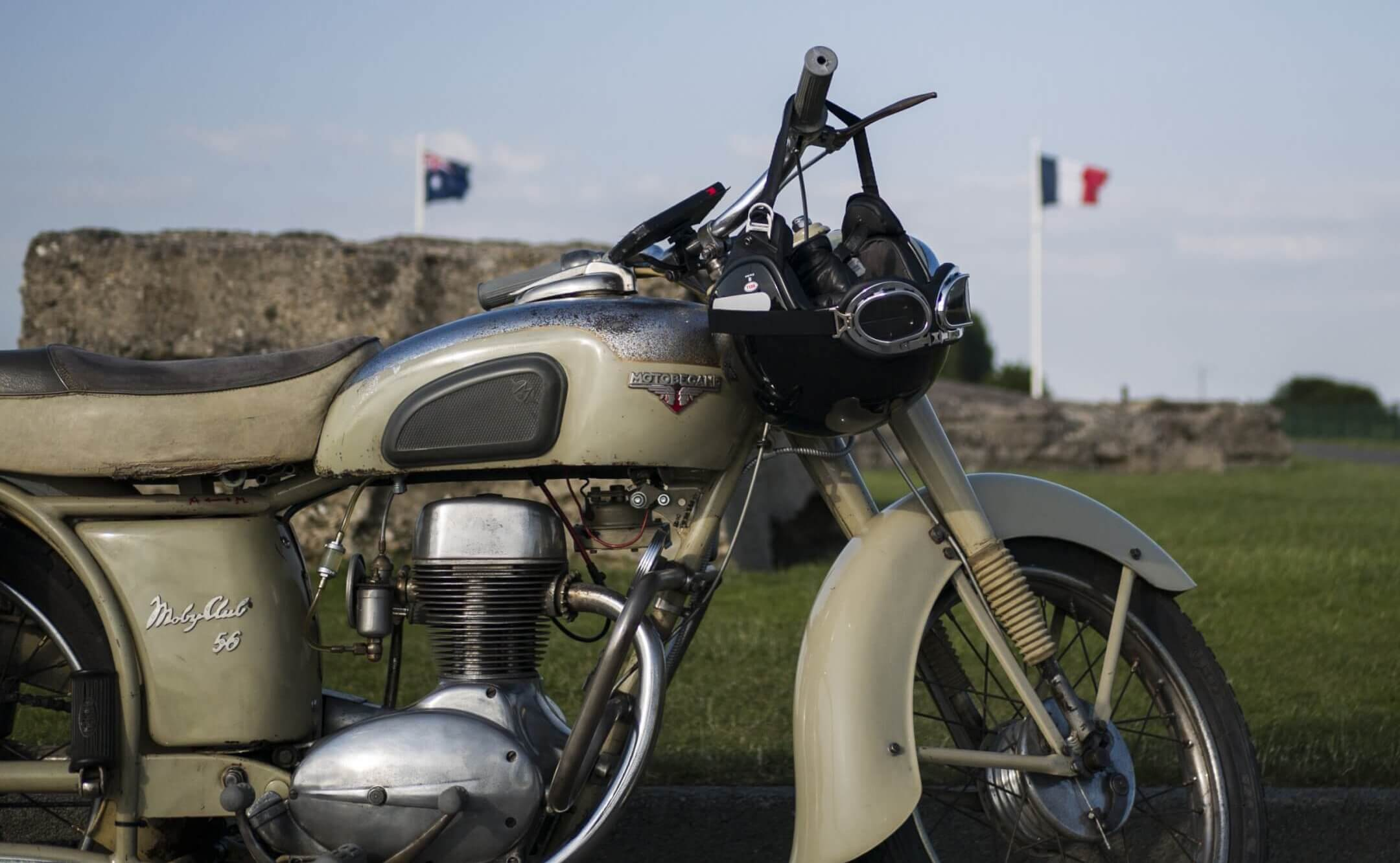 Motobécane z56c 1956 devant le mémorial canadien de Fromelles