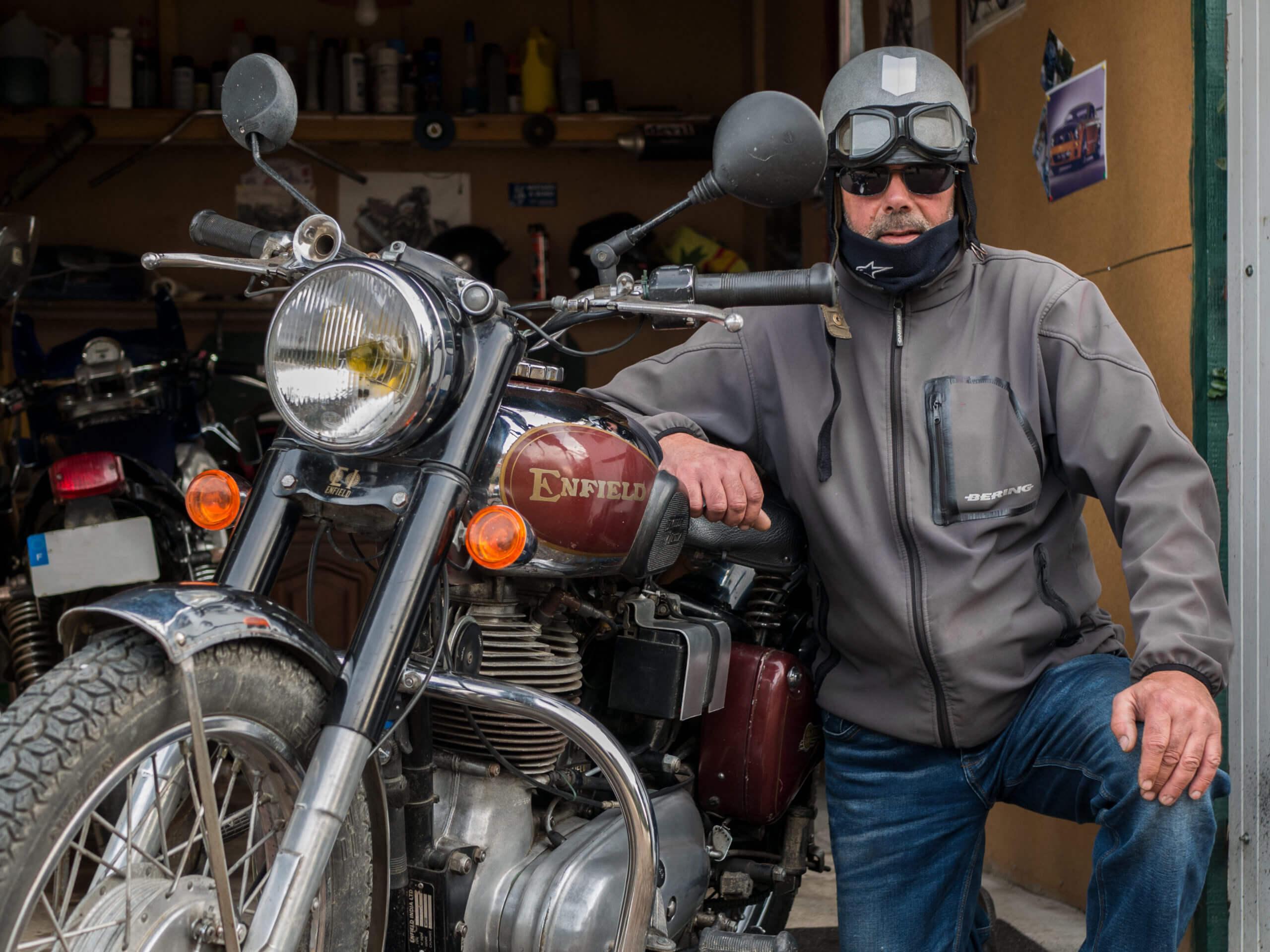 Motocycliste et son Enfield India 500 Bullet