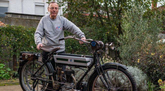 Vieille homme et sa vieille moto