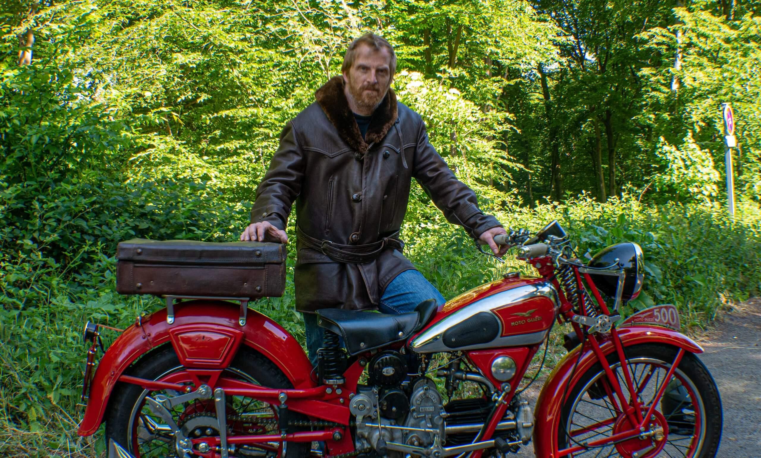 Homme derrière sa Moto Guzzi GTW de 1939