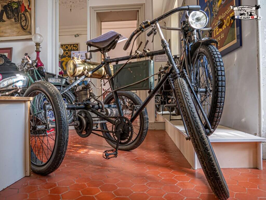 Tricycle motorisé Automoto, Chateau de Bosc - lexplorateuramoto.com