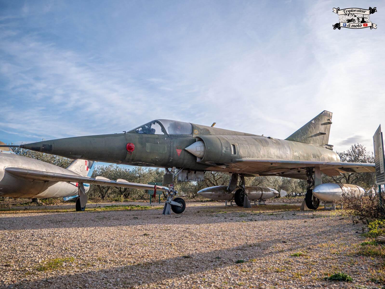 Avion de chasse Mirage 5BA 033, Chateau de Bosc - lexplorateuramoto.com