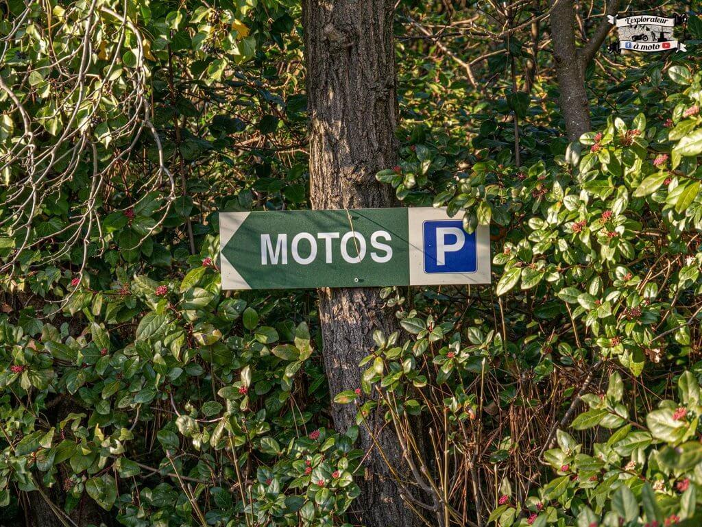 Parking Moto Chateau de Bosc - lexplorateuramoto.com