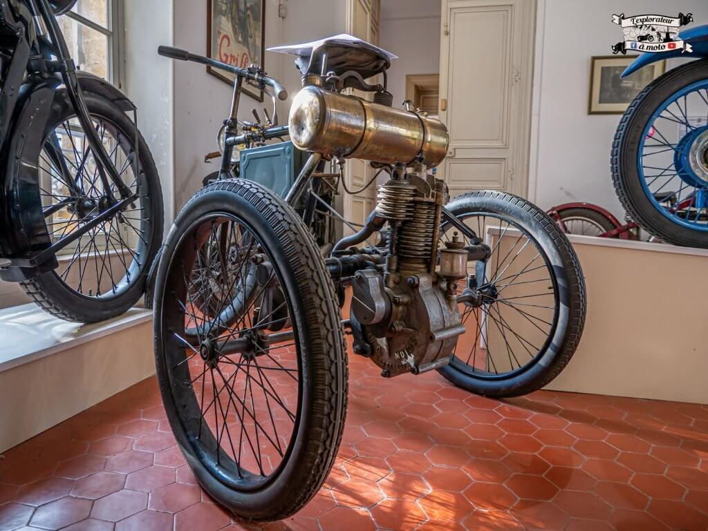 Tricycle Automoto, Château de Bosc 02 -lexplorateuramoto.com